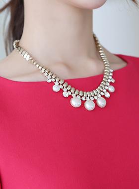 短上衣珍珠项链立方