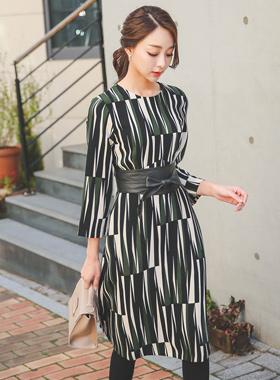 淡褐色的MIDI线条连衣裙