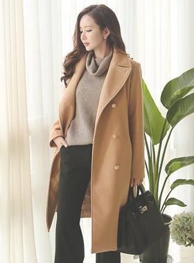 希尔达羊毛大衣与金色纽扣风衣