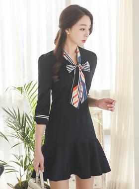 地理领带色带荷叶边连衣裙