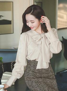 大丝带围巾柔滑的女衬衫