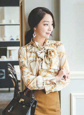 金链围巾领绸缎女衬衫
