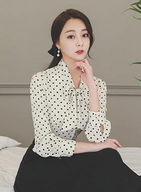 女人色带领带圆点女衬衫