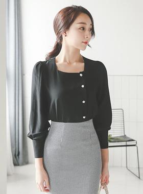 侧面珍珠按钮方形的脖子女人衬衫