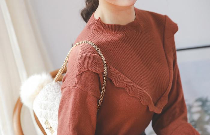 娇小的褶边线粘胶漏斗颈织织衫
