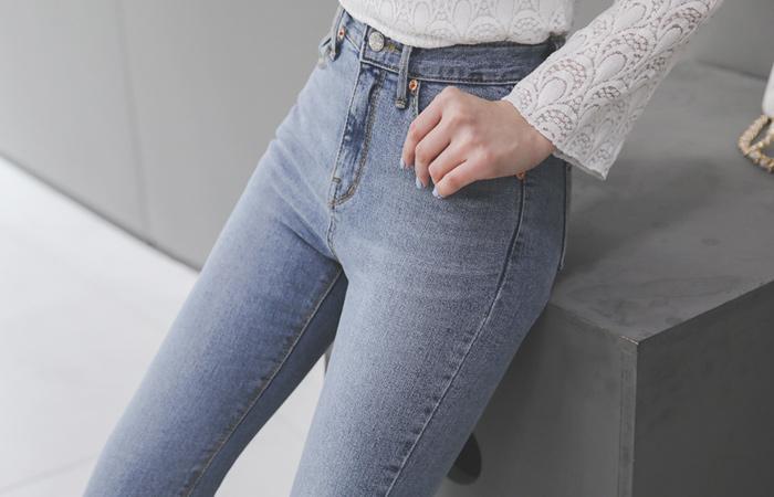 石洗色调休闲风格喇叭牛仔裤