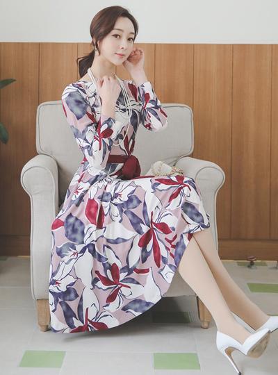 鲜艳花腰带喇叭连衣裙