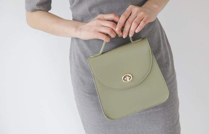 [模特穿36次]金色扣环 修身 手提包
