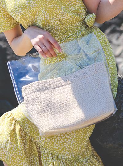 [模特穿37次]时尚 透明海边 手提包(化妆包set)